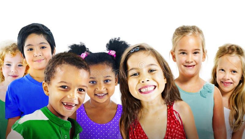 Van de de Diversiteitsvriendschap van kinderenjonge geitjes het Geluk Vrolijk Concept stock foto
