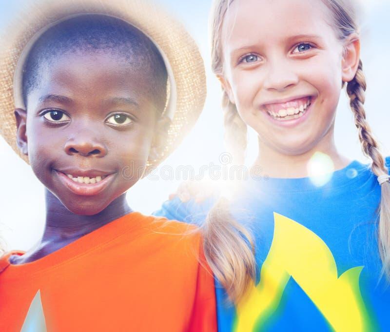Van de de Diversiteitsvriendschap van kinderenjonge geitjes het Geluk Vrolijk Concept royalty-vrije stock foto