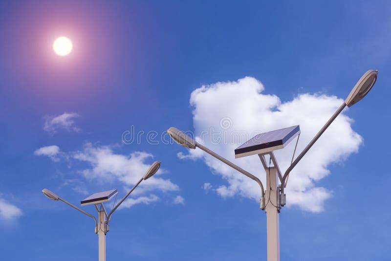 Van de de elektriciteitsenergie van de zonnepaneelaard de blauwe wolk stock foto