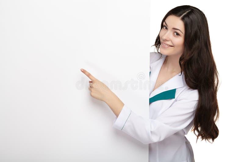 Van de de glimlachgreep van de medische artsenvrouw lege de kaartraad stock afbeelding