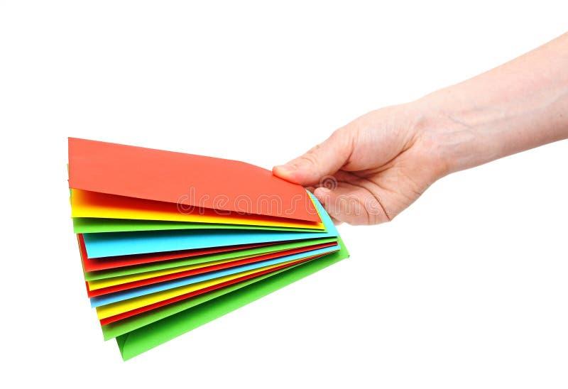 Van de de handholding van de vrouw de stapel kleurrijke enveloppen stock foto's