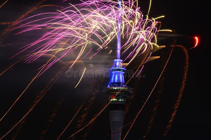 Van de de Hemeltoren van Auckland het vuurwerkvertoning om 2016 Nieuwjaar te vieren stock afbeelding