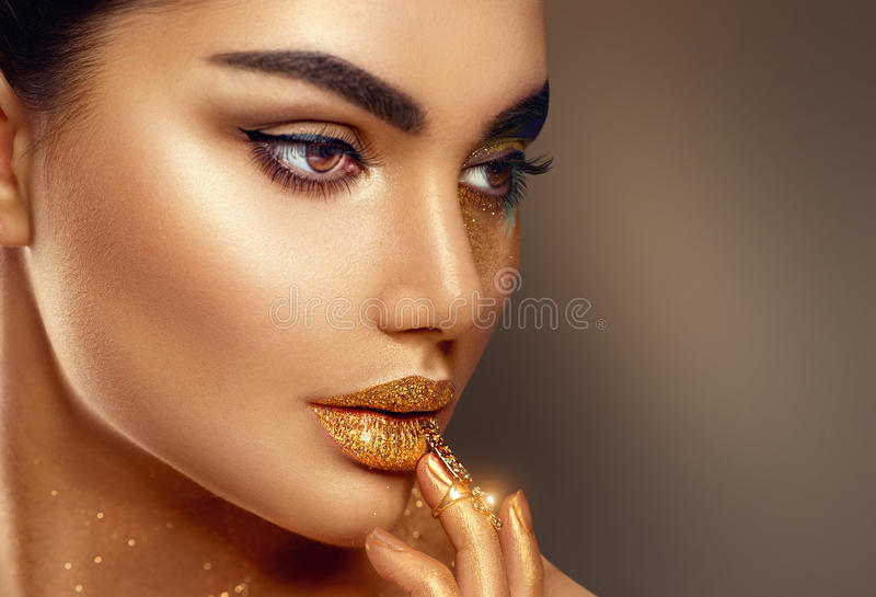 Van de de huidvrouw van de manierkunst gouden het gezichtsportret stock afbeelding