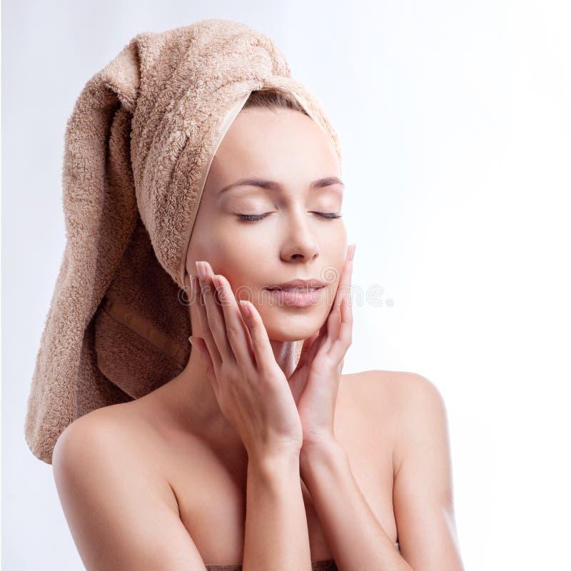Van de de huidzorg van het kuuroord de schoonheidsvrouw die haarhanddoek na schoonheidsbehandeling draagt Mooie multiraciale jong royalty-vrije stock foto's