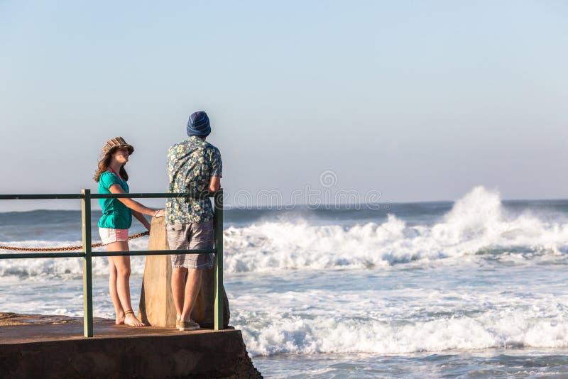 Van de de Jongens de Getijdepool van het tienersmeisje Oceaangolven royalty-vrije stock foto's