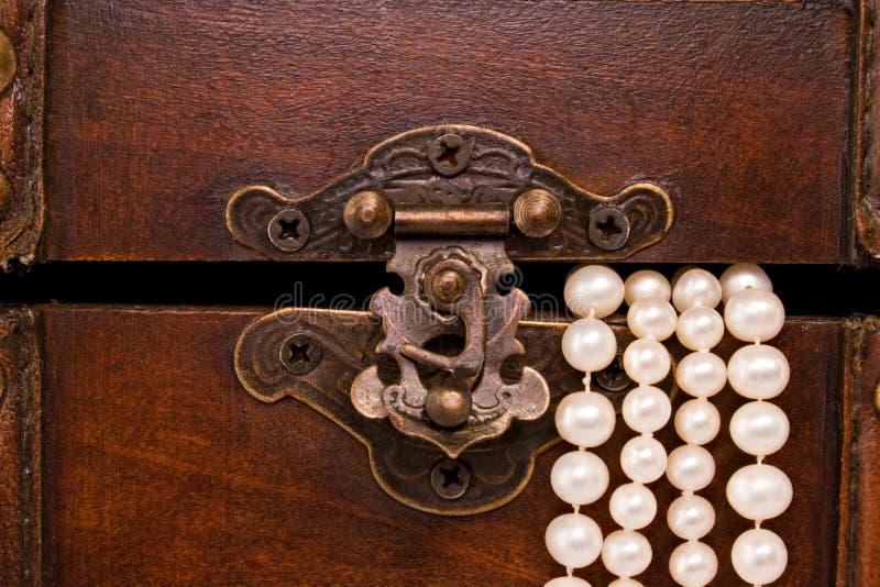 Van de de juwelendoos van de close-up de klink en de parels stock afbeelding