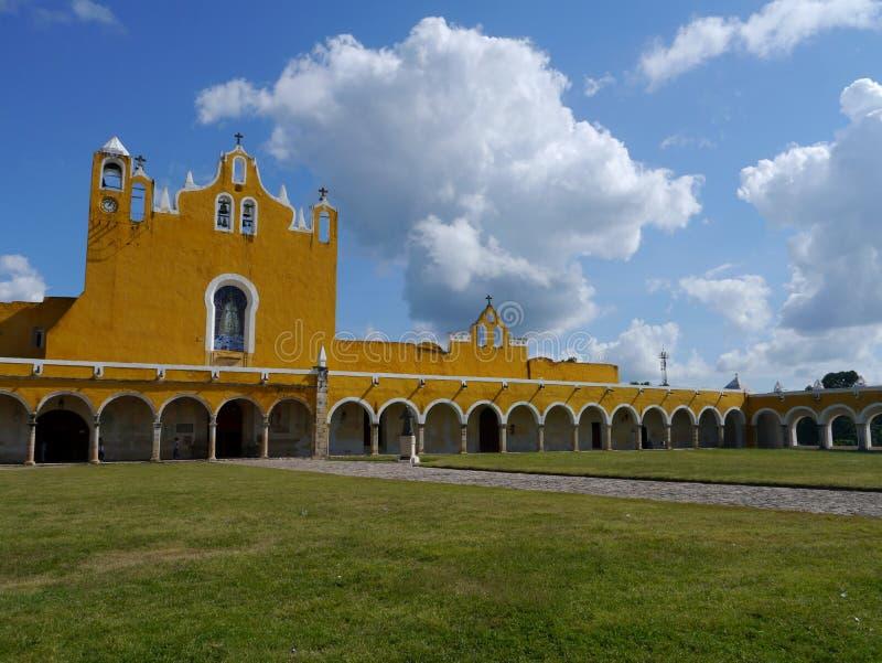 Van de de kerk geel Stad van Izamalmexico Yucatan het kloosterklooster stock foto
