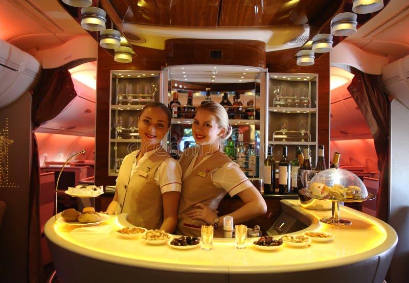 Van de de Luchtbusa380 tijdens de vlucht cocktail van emiraten de bar en de zitkamer stock foto