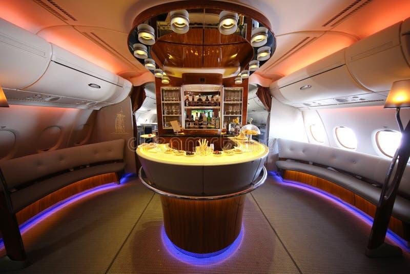 Van de de Luchtbusa380 tijdens de vlucht cocktail van emiraten de bar en de zitkamer stock afbeeldingen