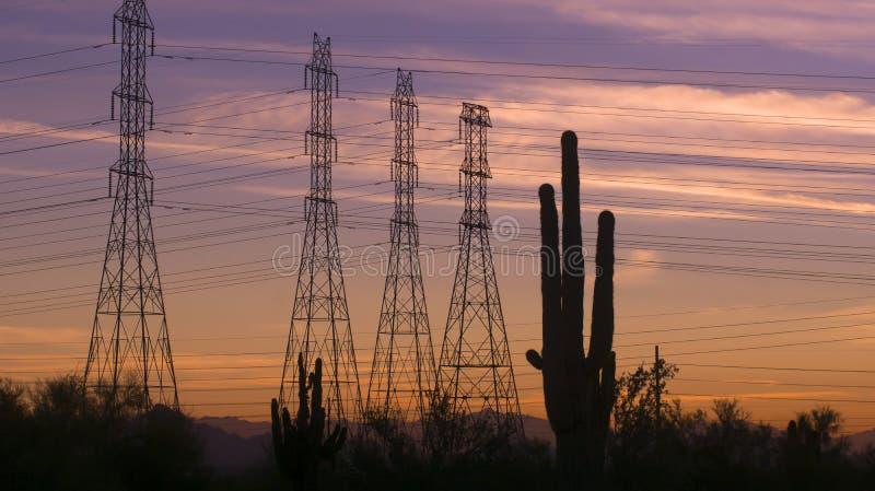 Van de de machtselektriciteit van de woestijnzonsondergang de avond van de pylonenarizona stock fotografie