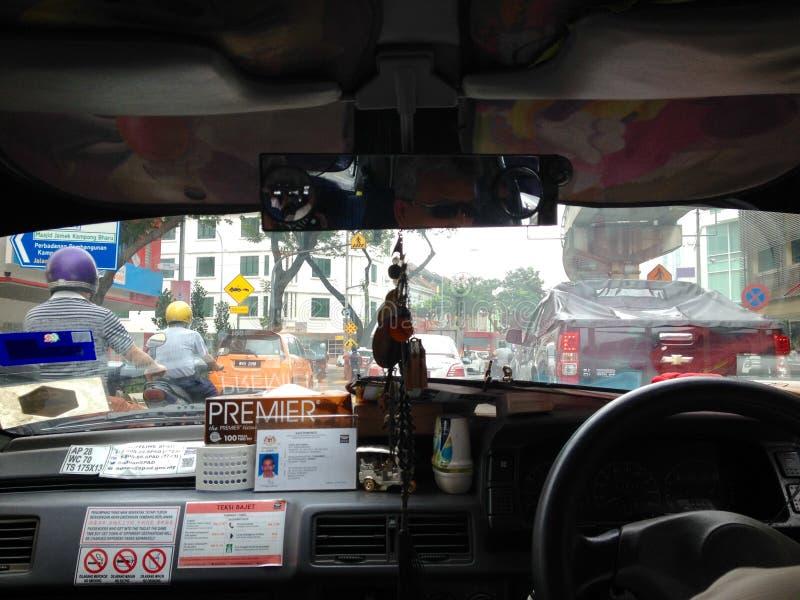 Van de de meningstaxi van het vogelsoog drijf het gaande verkeerjam in Kuala Lumpur-stad, Maleisië royalty-vrije stock afbeelding