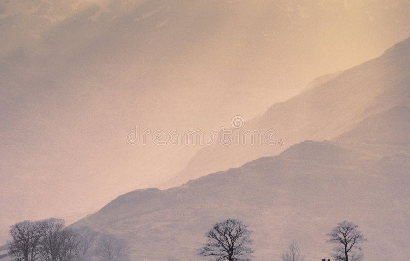 Van de de mistmist van bergen van de de zonnevel het landplatteland toneel royalty-vrije stock foto's