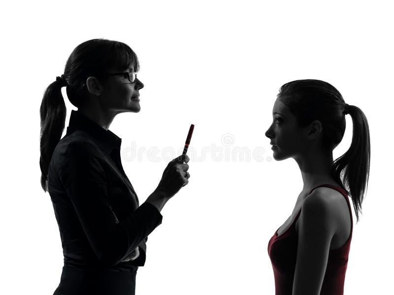 Van de de moedertiener van de leraarsvrouw het meisjesbespreking in silhouet uet royalty-vrije stock foto