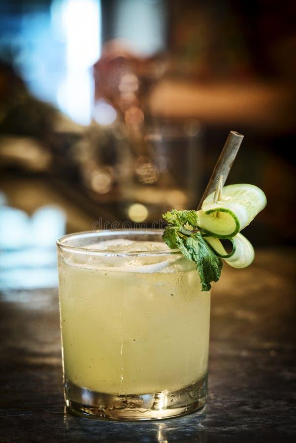 Van de de muntwodka van de komkommercitroen de cocktaildrank in bar stock foto's