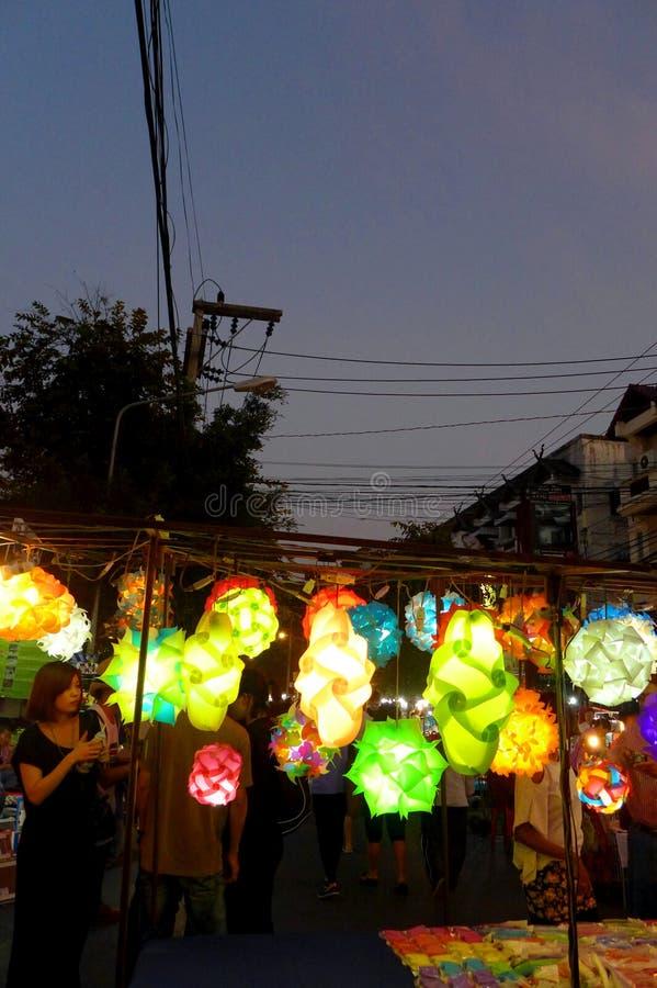 Van de de nachtbazaar van Thailand de box verkopende lantaarns royalty-vrije stock afbeelding