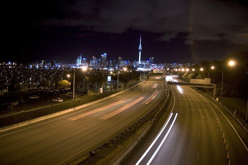 Van de de nachthorizon van Auckland de mening en de wegen stock foto