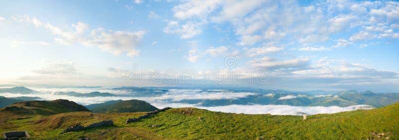 Van de de ochtend bewolkte berg van de zomer het panoramamening stock foto