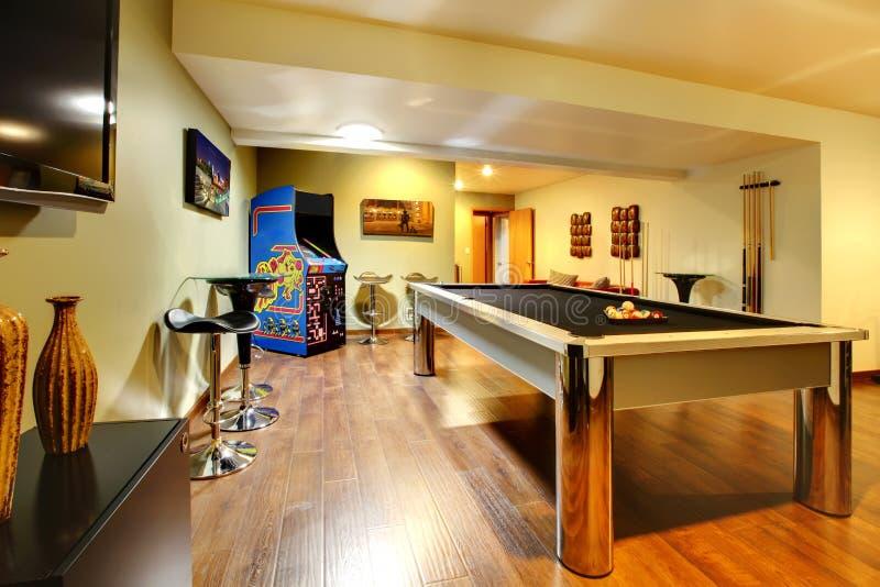 Van de de partijruimte van het spel het huisbinnenland met poollijst. royalty-vrije stock afbeelding