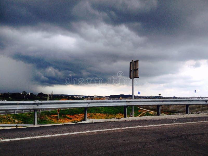 Van de de reis lange rit van de wegweg bewolkte het weer regenachtige dagen stock afbeeldingen
