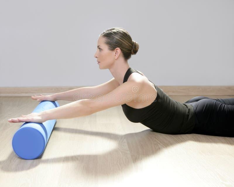 Van de de rol pilates vrouw van het schuim de fitness van de de sportgymnastiek stock afbeeldingen