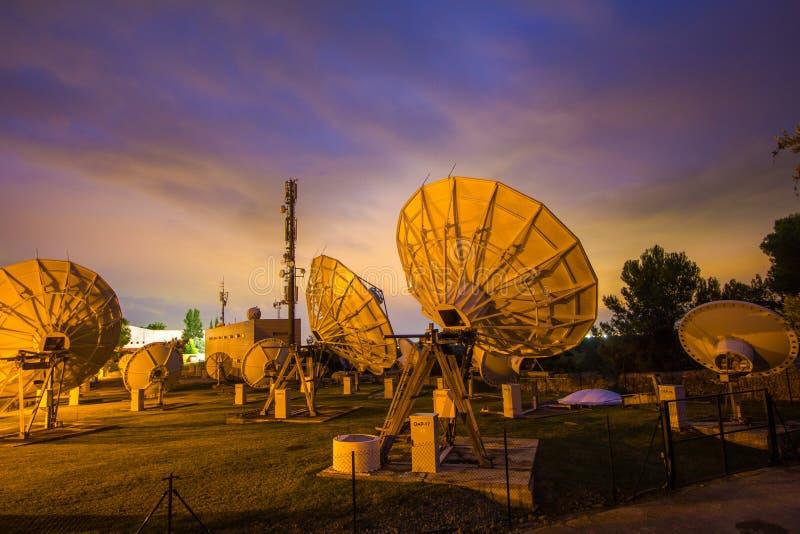 Van de de Satellietenantenne van telecommunicatiewifi het draadloze Waarnemingscentrum van de Schotel timelapse Majorca royalty-vrije stock afbeelding