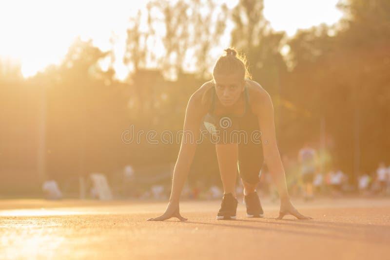 Van de de sprintpositie van het tienerbegin de agentatleet stock foto's