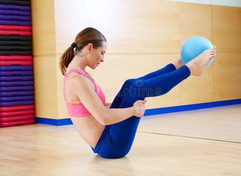 Van de de stabiliteitsbal van de Pilatesvrouw de training van de de oefeningsgymnastiek royalty-vrije stock afbeelding