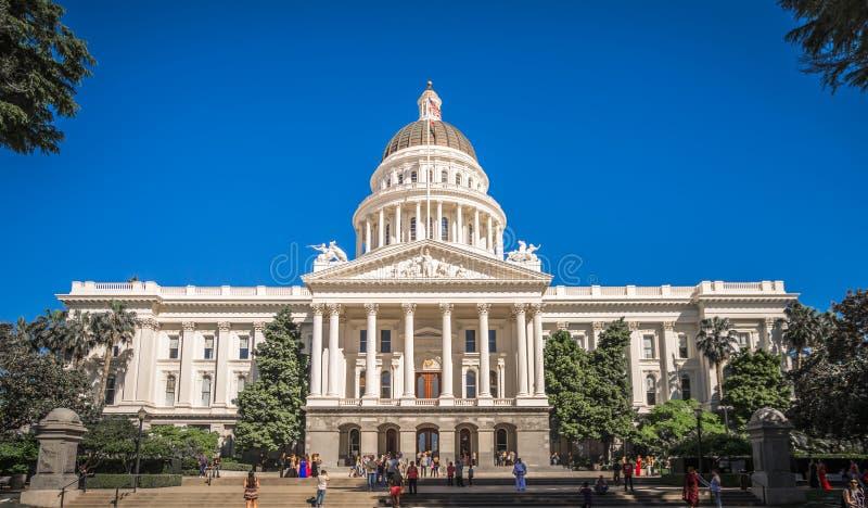 Van de de stadshorizon en straat van Sacramento Californië meningen royalty-vrije stock foto's