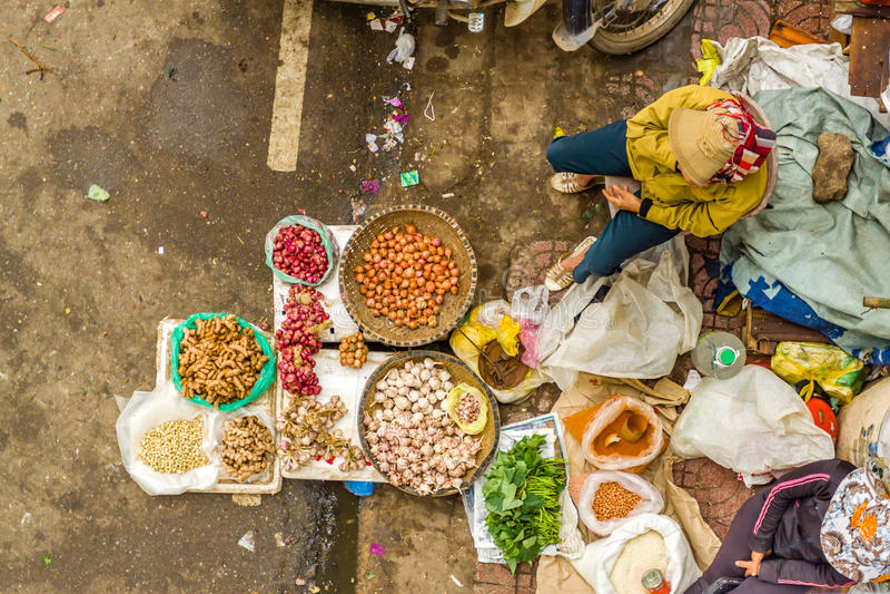 Van de de straatmarkt van Vietnam de dameverkoper stock foto's