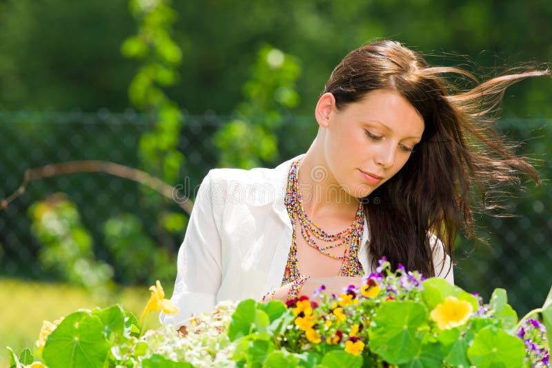 Van de de tuin de mooie vrouw van de zomer bloemen van de de zorgkleur royalty-vrije stock afbeelding