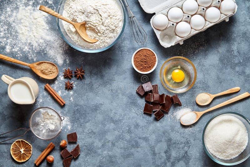 Van de de voorbereidingskoekje of pastei van het browniedeeg het recept ingridients, zoete voedselvlakte legt hoogste mening royalty-vrije stock fotografie