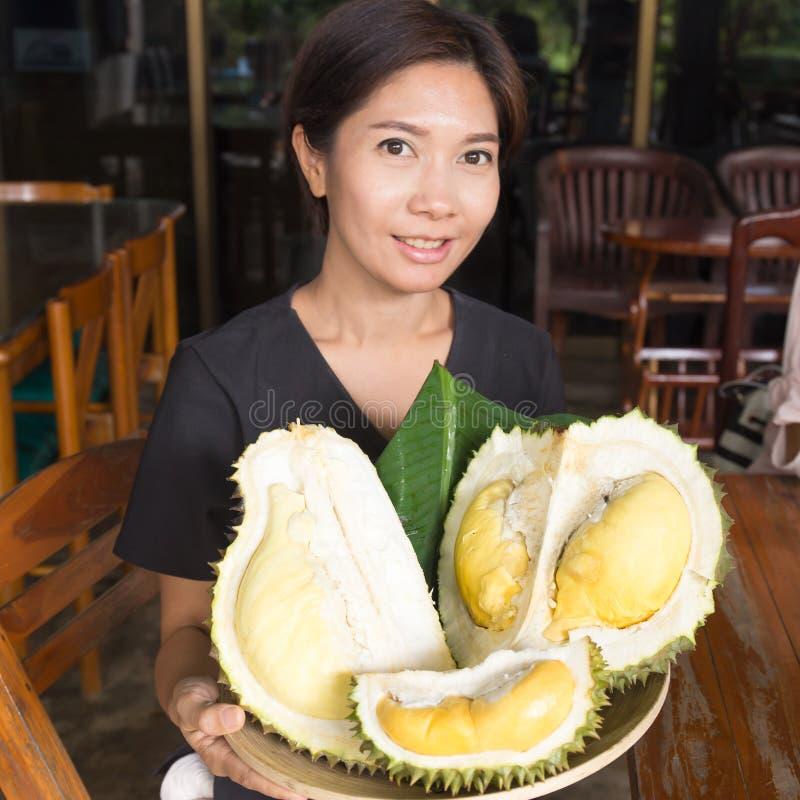 Van de de Vrouwenholding van Nice het dienblad van Durian royalty-vrije stock foto