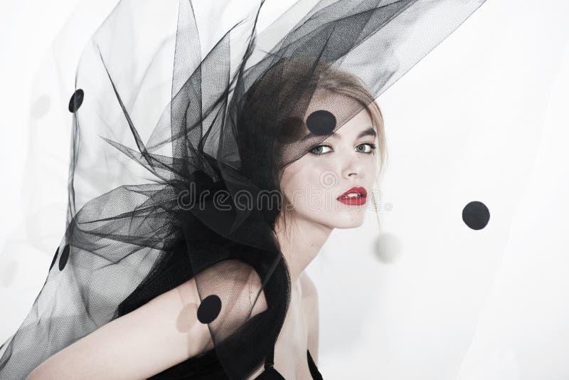 Van de de vrouwenkunst van de sluiermanier van de de modefoto de rode lippen stock fotografie