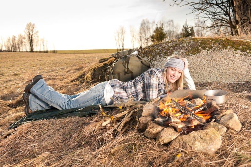 Van de de wandelingsvrouw van het kampvuur de slaapplatteland stock foto's