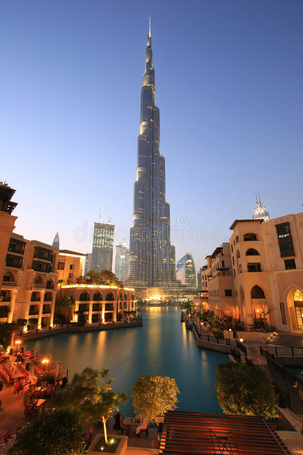 Van de de wolkenkrabbernacht van Doubai Burj Khalifa van de de avondschemering het blauwe uur royalty-vrije stock fotografie