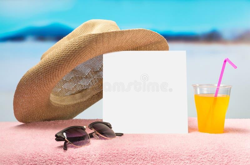 Van de de zomerverkoop of aanbieding bannermalplaatje Wit vierkant document op handdoek met zonnebril, gele cocktail en prethoed royalty-vrije stock afbeelding