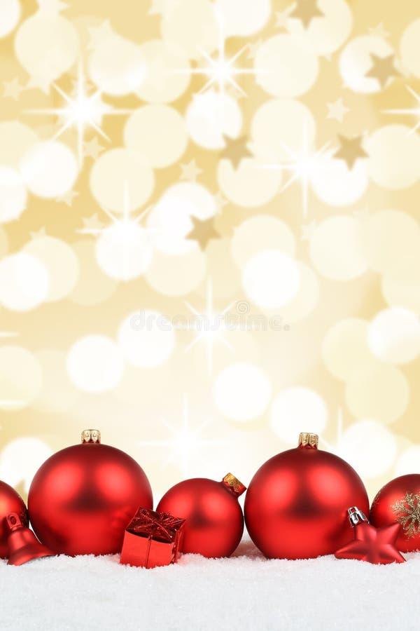 Van de de decoratiesneeuw van Kerstmisballen het rode formaat van het de winterportret golde royalty-vrije stock foto