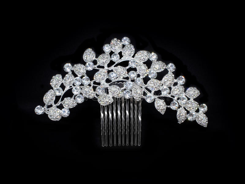 Van de diamantenbergkristallen van de huwelijksluxe het zilveren die haarspeldje van de het kristalkam op zwarte wordt geïsoleerd royalty-vrije stock afbeelding