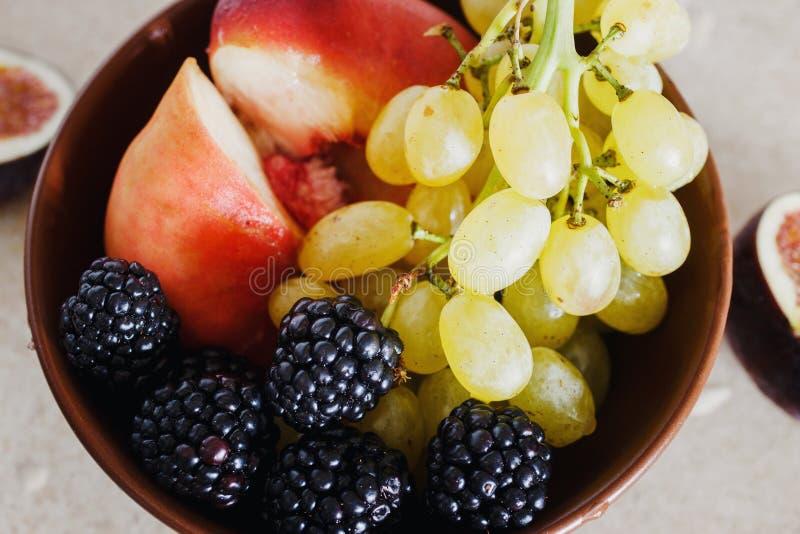 Van de Druivenperziken van het komfruit van de braambessenfig. het gezonde ontbijt royalty-vrije stock afbeelding