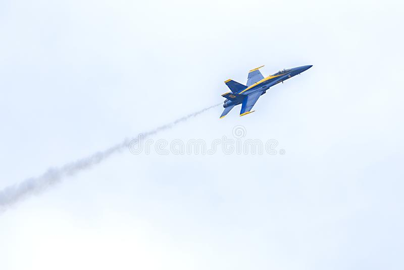Van de de Engelenhorzel van de V.S. de Marineblauwe Hemel van de Vechtersjet flying up in the met Smaoke-Sleep royalty-vrije stock fotografie