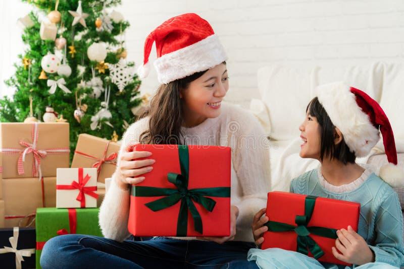 Van de familiemoeder en dochter uitwisselingsgiften stock afbeeldingen