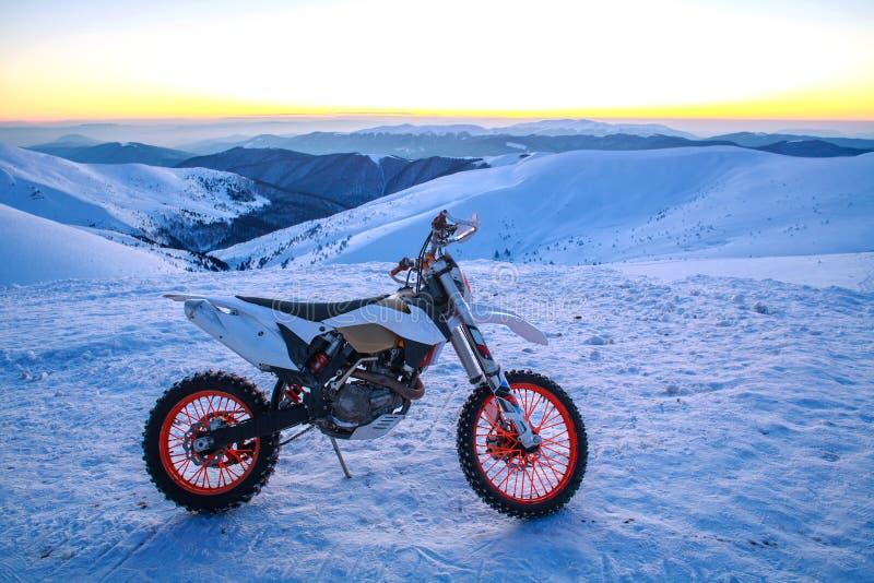 Van de de fietswinter van de motorfiets de extreme sport sneeuwbergen stock fotografie