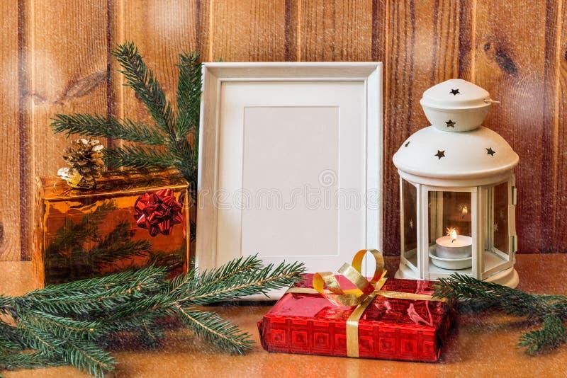 Van van de fotokader, lantaarn en Kerstmis giften op houten lijst stock afbeelding