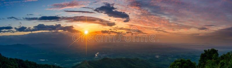 Van de de fotoochtend van het bergpanorama de Mening van de zonthailand over de bovenkant van de heuvel met mooie sunsets Nakhons stock afbeelding