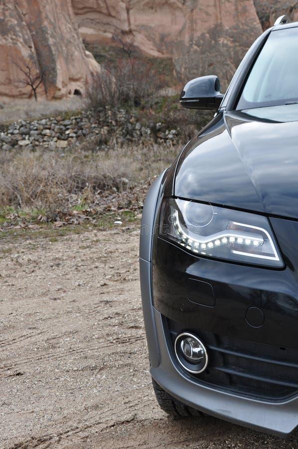 Van de fotospruit en cappadocia van Audi a4 allroad feeschoorstenen in nevsehir Turkije stock foto's