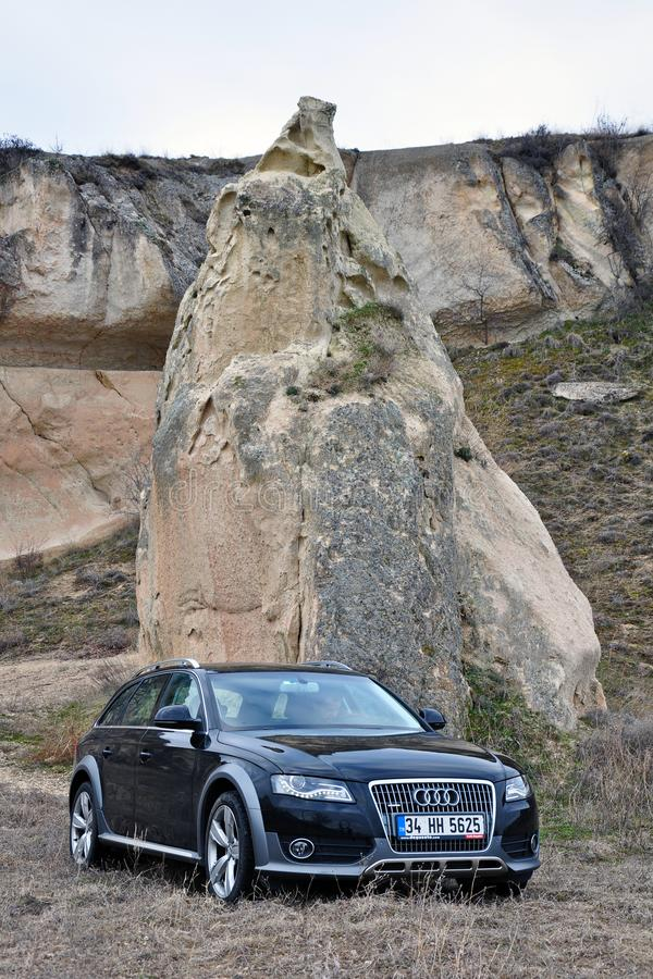 Van de fotospruit en cappadocia van Audi a4 allroad feeschoorstenen in nevsehir Turkije royalty-vrije stock fotografie