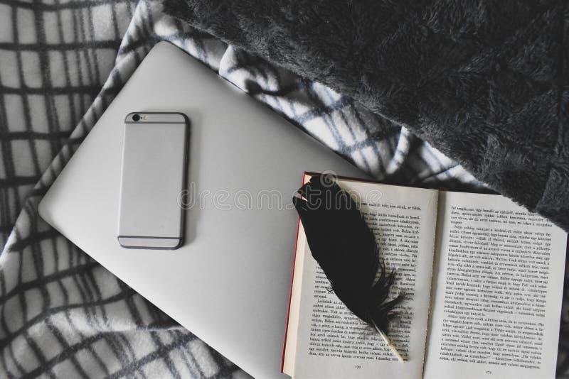 Van de Freelancer blogger meisje en schrijver de vrije comfortabele atmosfeer van het levensstijlwerk thuis stock foto