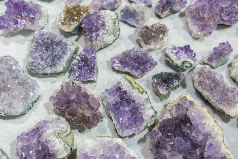 Van de gem geologische kristallen van het aquamarijn natuurlijke kwarts blauwe de textuurachtergrond stock afbeelding