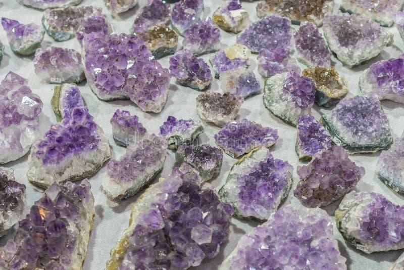 Van de gem geologische kristallen van het aquamarijn natuurlijke kwarts blauwe de textuurachtergrond royalty-vrije stock foto's