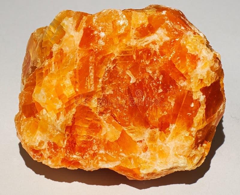Van de de gem minerale steen van het Halitekristal oranjegele glanzende briljant stock afbeeldingen